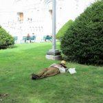 Une petite sieste apres le diner près de la basilique Ste-Anne de Beaupré.