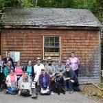Devant la réplique de la cabane de Thoreau